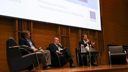 Se remarcó la importancia de las enormes oportunidades que la tecnología brindaal sectoragro y se repensó el rol de cada institución. De izquierda a derecha: Eduardo Levy Yeyati, Juan Balbín y Alejandro Mentaberry.