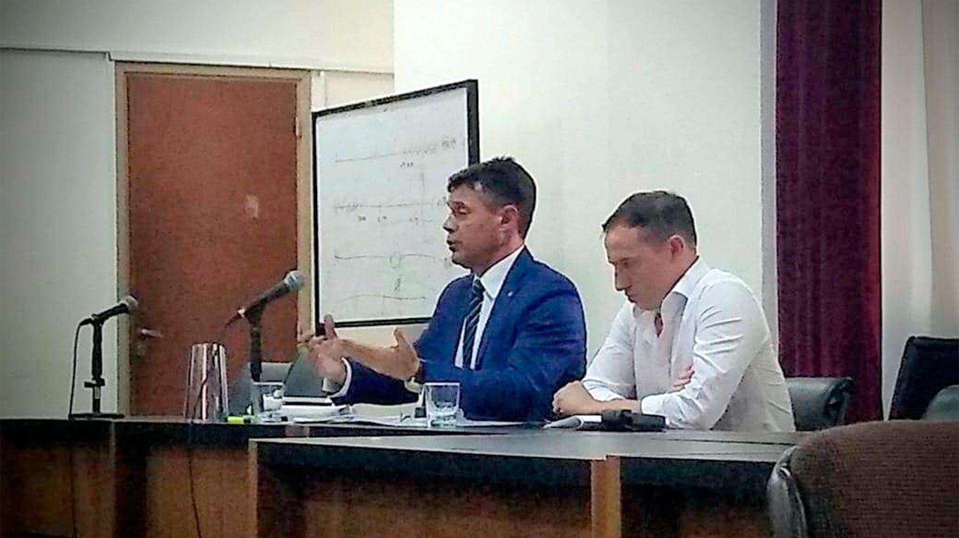 """Grippo junto a su agobado defensor, Ricardo Caballá, durante el juicio por """"amenazas de muerte"""" contra Cruz; del cual fue absuelto"""