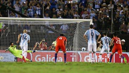 Messi dispara para un lado, Bravo va para el otro: el gol de Argentina (Reuters)