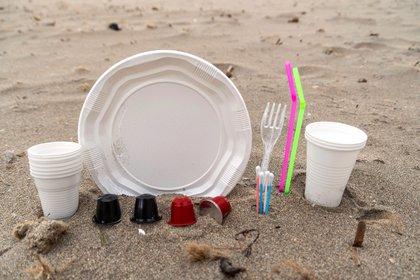 Plásticos desechables como pajitas, bolsas y bandejas de empaquetado. EFE/CATI CLADERA/Archivo