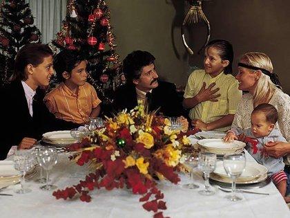 Una postal familiar de Luis Miguel con sus padres y hermanos (Gentileza revista Quién)