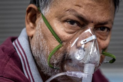 Un paciente que sufre COVID-19 en la Unidad de Cuidados Intensivos (UCI) del hospital Lok Nayak Jai Prakash (LNJP), en Nueva Delhi, India (REUTERS/Danish Siddiqui)