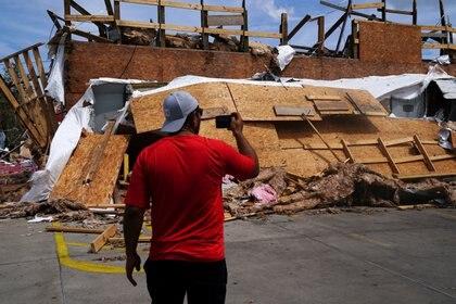Un hombre revisa una construcción destruida tras el paso del huracán por Lake Charles, Louisiana, este 27 de agosto de 2020. REUTERS/Elijah Nouvelage