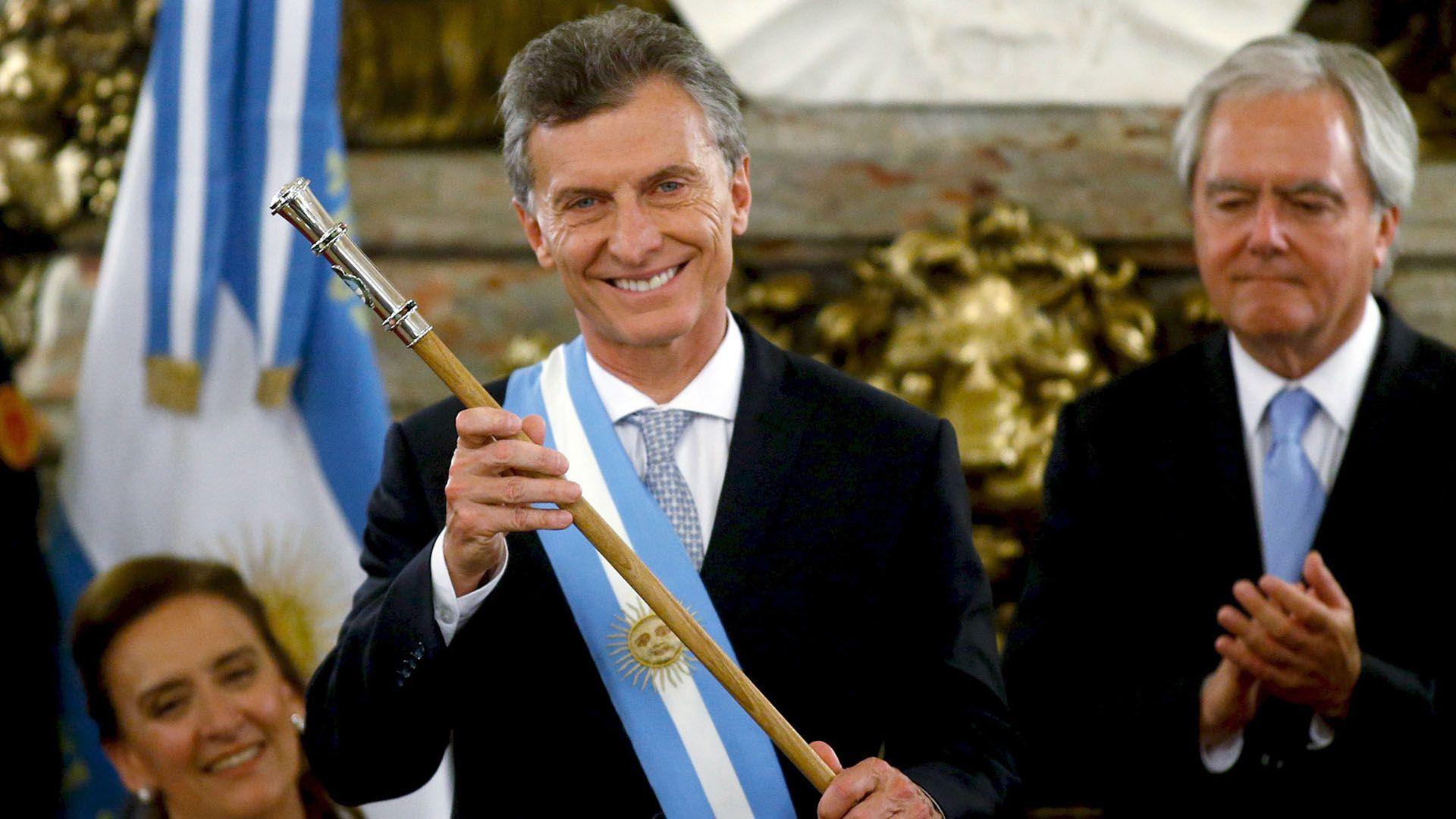 Mauricio Macri tars recibir el bastón y la banda presidenciales de Federico Pinedo en 2015
