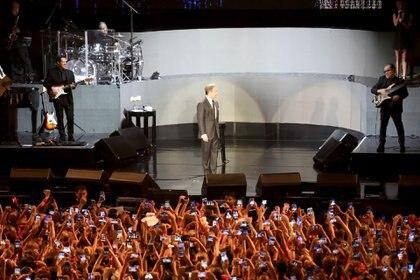¡Sacale una foto! Casi como en una plegaria, los celulares se despliegan ante la presencia de Luis Miguel en el escenario (Fotos: Mario Sar / Teleshow)