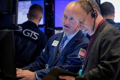 Los índices de Wall Street cedieron desde el récord, pero los ADR argentinos rebotaron 3%. (Reuters)