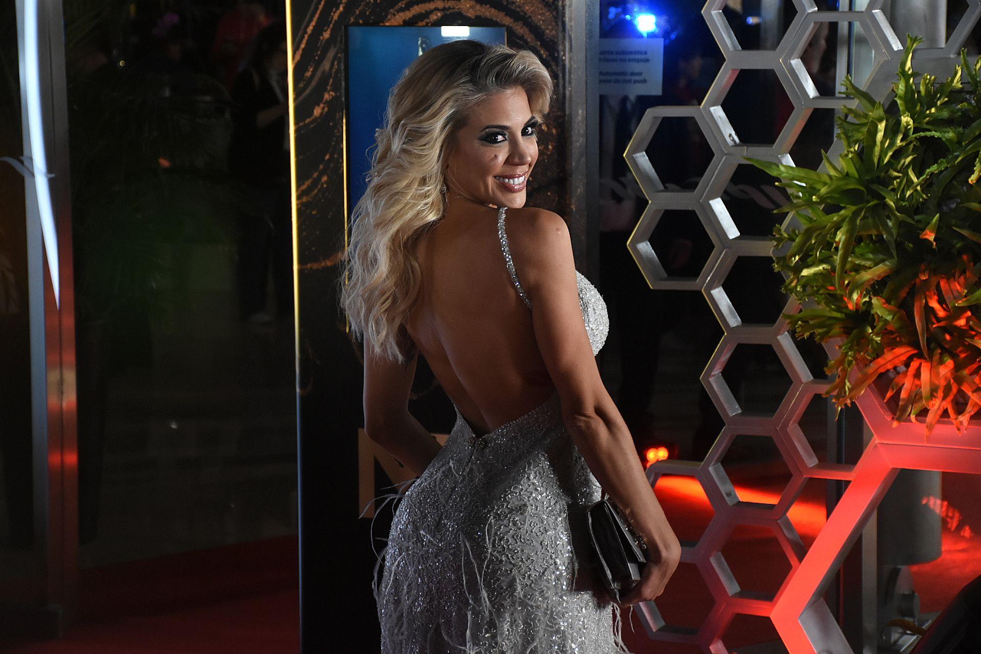 Virgina Gallardo impactó con su look plateado con un gran escote en la espalda. Un diseño bordado con los breteles de strass y plumas. Para completar el look, un sobre en gris