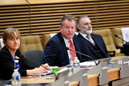 FOTO DE ARCHIVO: El negociador británico del Brexit, David Frost, se sienta junto al embajador británico ante la Unión Europea, Tim Barrow, antes del inicio de las nuevas negociaciones en Bruselas el 29 de junio de 2020. John Thys/Pool vía REUTERS