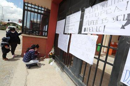 Estudiantes colocan velas en las puertas de la Universidad Pública de El Alto (UPEA) en El Alto (Bolivia). EFE/Martin Alipaz