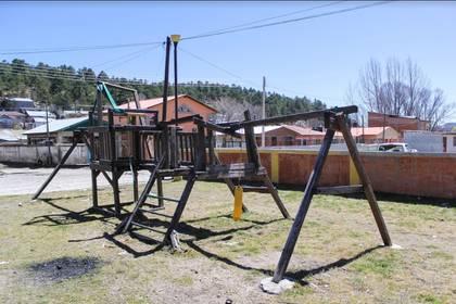 Los juegos de madera del parque infantil están a punto de caerse. De los columpios, sólo queda una cadena y su asiento de plástico. Foto: Joel Holguín.