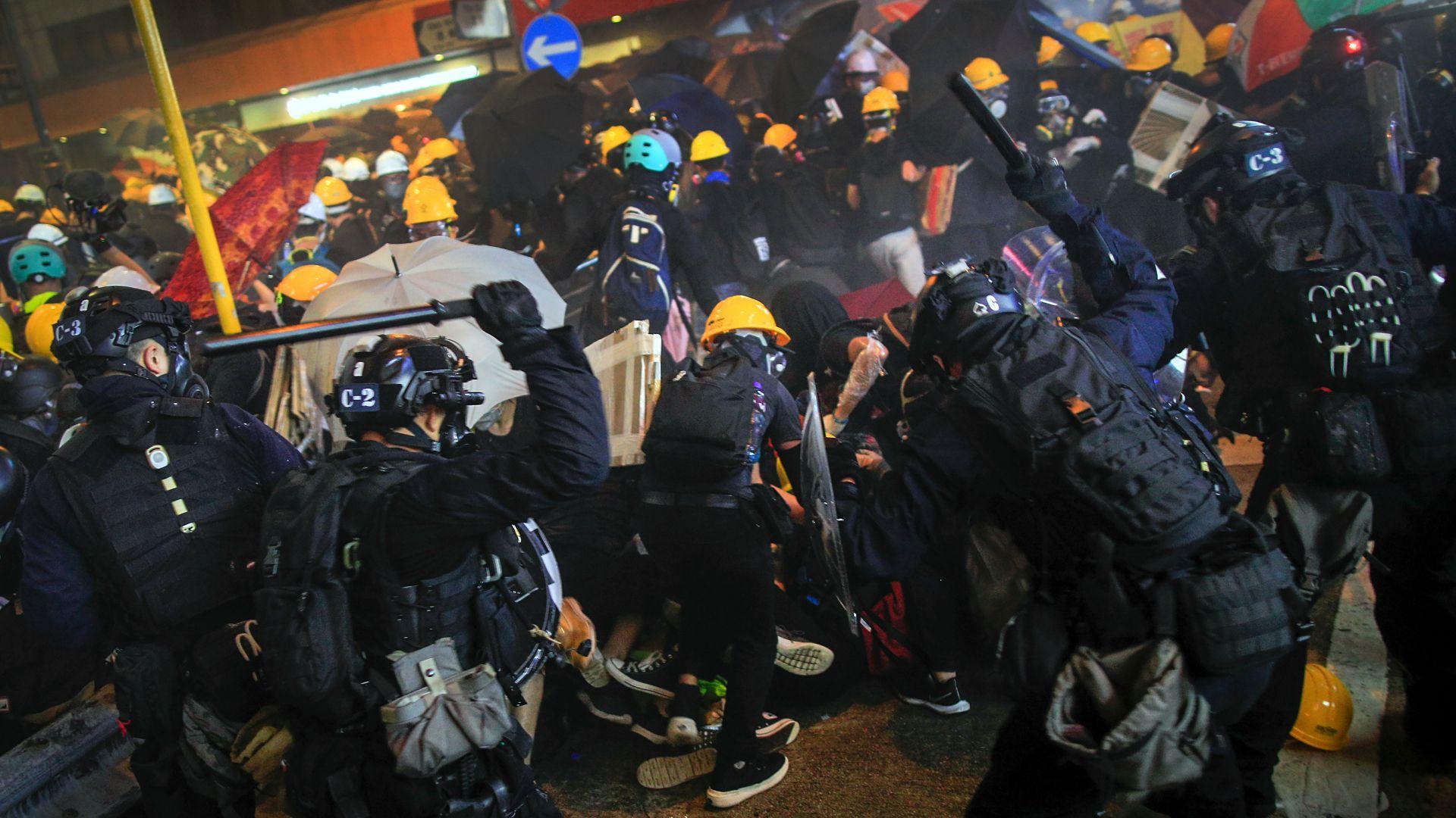 La policía reprime a los manifestantes. (AP)