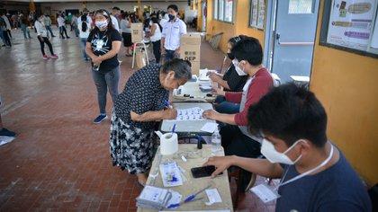 Los principales competidores son el candidato del Movimiento al Socialismo (MAS) y ex ministro de Economía de Evo Morales, Luis Arce, y el ex presidente Carlos Mesa, por la plataforma Conciencia Ciudadana