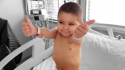 Miqueas tiene dos años y fue dado de alta tras el trasplante de médula
