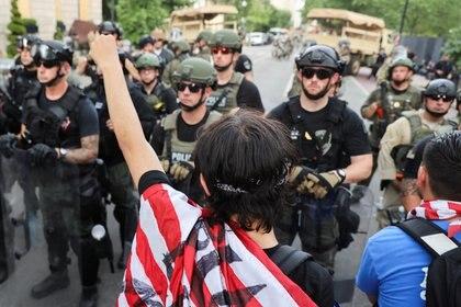 Agentes especiales de la policía de Washington, con equipos de combate, enfrentan una de las manifestaciones por la muerte de George Floyd. REUTERS/Jonathan Ernst