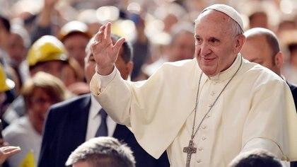 El papa Francisco saluda a los fieles católicos durante una audiencia en el Vaticano (Reuters)
