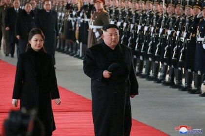 Kim Jong Un y su esposa Ri Sol Ju inspeccionan una guardia de honor antes de partir para China (KCNA via REUTERS)