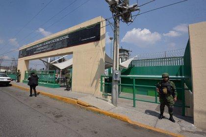 ALMOLOYA DE JUÁREZ, ESTADO DE MÉXICO, 23FEBRERO2018.- Desde muy temprana hora elementos del Ejército y policías de la Secretaría de Seguridad del Estado de México custodiaron las inmediaciones del Centro de Prevención y Readaptación Social de Santiaguito, por la revisión que se llevó a cabo al interior del mismo, estuvieron acompañados por personal de la CODHEM.  FOTO: ARTEMIO GUERRA BAZ/ CUARTOSCURO.COM