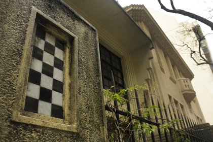 La vinculación de la casa con el garage, cuyo techo funciona como terraza o extensión de este patio de acceso, se realiza mediante un pasillo subterráneo (China Soler)
