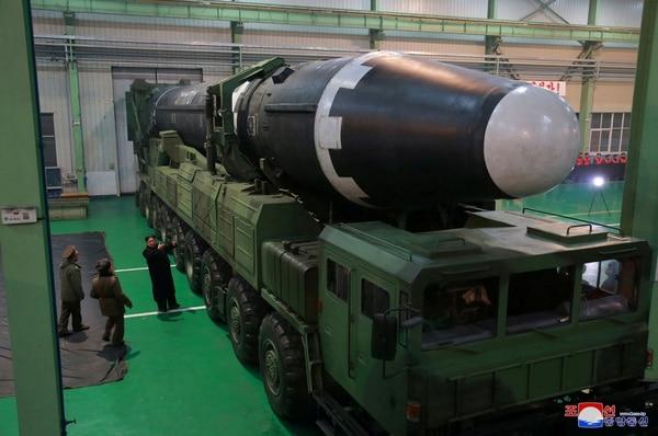Kim Jong Un observa el ICBM Hwasong-15, el último misil testeado por su país(REUTERS/KCNA)