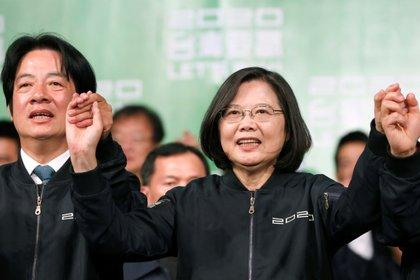 La Presidente de Taiwan Tsai Ing-wen, celebra su reelección el domingo pasado junto a su vice, William Lai.