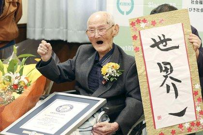 """Watanabe, casado y con cinco hijos, aseguró que el secreto para la longevidad es """"no enfadarse y mantener la sonrisa"""" y confesó su amor por los dulces, aunque no parecen haberle hecho ningún daño (REUTERS)"""
