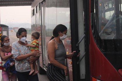 Un grupo de mujeres aborda un autobús en Venezuela. La crisis que vive el país ha orillado a varios de sus habitantes a probar suerte en el extranjero (Foto: EFE/ Johnny Parra/Archivo)