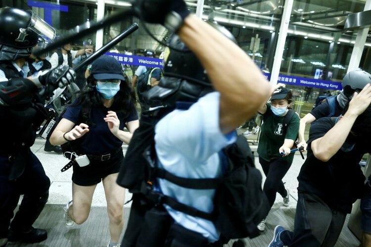La policía reprime a manifestantes en el aeropuerto de Hong Kong. (REUTERS/Thomas Peter)