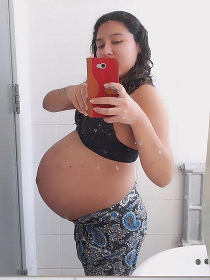 Adriana, durante el embarazo, cuando todavía creía que sus hijos iban a nacer cerca de su padre.