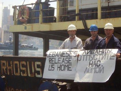 Boris Prokoshev y sus colaboradores sostienen un cartel para pedir a las autoridades libanesas que los dejen salir del barco en 2014 (REUTERS/Personal archives of Boris Musinchak)