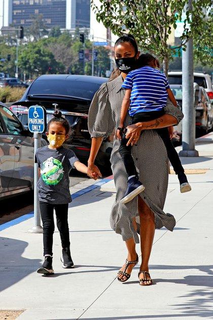 Zoe Saldana fue de compras con dos de sus hijos en Los Ángeles. Recientemente, la estrella de Avatar disfrutó de unos días de descanso familiar junto a su esposo, Marco Perego Saldana, en las playas de Malibú (Foto: Coleman Rayner / The Grosby Group)