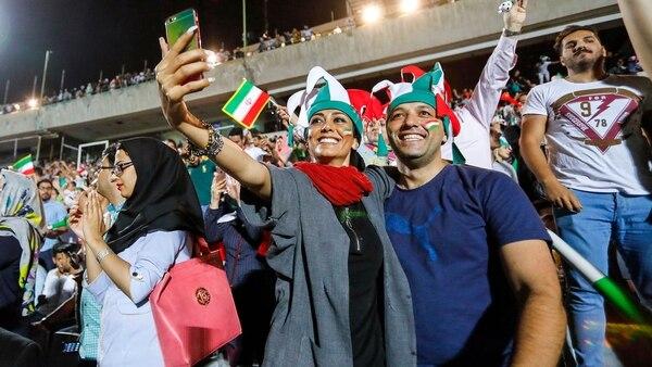 Mujeres y hombres disfrutaron juntos del partido entre Irán y España (Reuters)