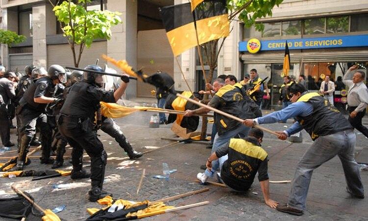 Los enfrentamientos frente a la Legislatura durante la marcha de los gremios