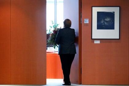 La Canciller Angela Merkel se va después de recibir las flores de San Valentín de la Asociación Central de Jardinería en la Cancillería de Berlín, el 11 de febrero de 2020 (REUTERS/Michele Tantussi)