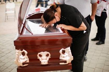 Una mujer llora sobre el ataúd de un ex paramédico que murió por la enfermedad del COVID-19 en Ciudad Juárez (Foto: Reuters)