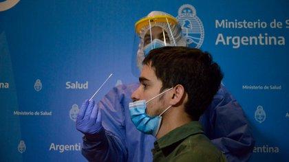 Boca tapada y nariz al descubierto, así se realiza el nuevo test de covid-19