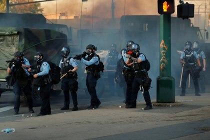 Policías de Minnesota conteniendo la protesta (REUTERS/Lucas Jackson)