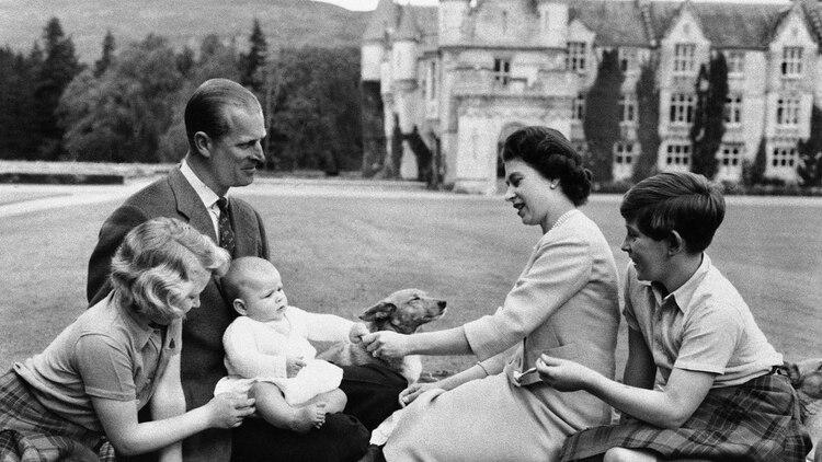 Felipe y la reina Isabel II con sus hijos Carlos, Ana y Andrés (bebé) en unas vacaciones en su castillo de Balmoral, Escocia, en 1960 (AP Photo)