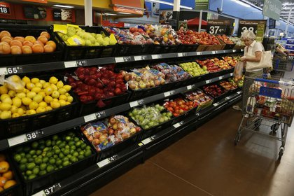 File photo.  A lady makes purchases at a Walmart supermarket in Rogers, Arkansas, USA.  June 6, 2013. REUTERS / Rick Wilking.