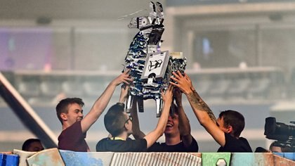 El equipo Chicken Champions liderado por Rubius, que obtuvo el cuarto lugar, sostiene la llama plateada que recibieron(Catalina Fragoso-USA TODAY Sports)