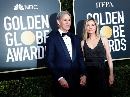 David E. Kelley y Michelle Pfeiffer (Reuters) en los últimos Globos de Oro