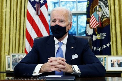 FOTO DE ARCHIVO. El presidente de Estados Unidos, Joe Biden, firma órdenes ejecutivas en la Oficina Oval de la Casa Blanca en Washington, EEUU. 20 de enero de 2021. REUTERS/Tom Brenner
