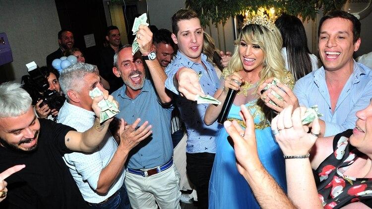 Los invitados se pelearon por agarrar los billetes