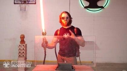 """Este es el primer sable de luz retráctil del mundo y fue construido por un youtuber que se dedica a llevar """"la ficción a la realidad""""."""