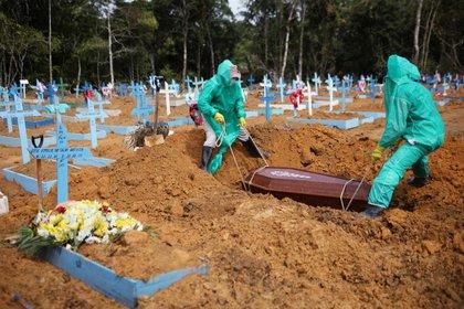Sepultureros trabajan durante el entierro de una persona que falleció de coronavirus, en el cementerio de Parque Taruma, en Manaos   REUTERS/Bruno Kelly