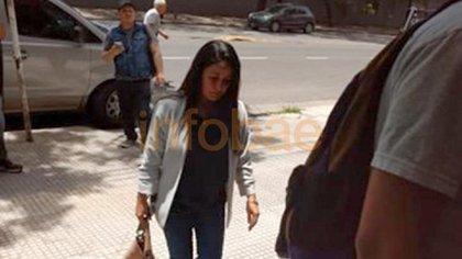 Stella Lugo ingresando a la embajada de Venezuela en la Argentina