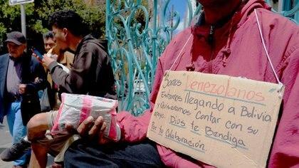 Un inmigrante venezolano ofrece dulces en el centro de La Paz, Bolivia(REUTERS/David Mercado)