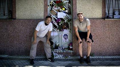 Jorge y Santiago Aguilar en la puerta de la casa con las ofrendas que llevó la gente