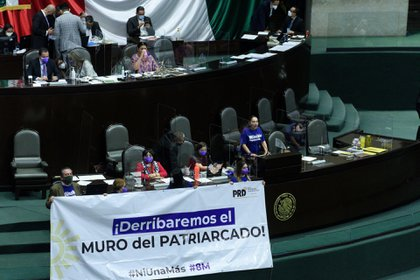 En la sesión solemne de la Cámara de Diputados por el 8M, legisladoras llevaron mantas de protesta a la tribuna (Foto: Mario Jasso/ Cuartoscuro)