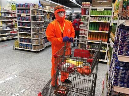 Fotografía del 14 de mayo de 2020 en la que un operario de la empresa Tipti hace la compra para un cliente en Quito. La prohibición de aglomeraciones, las largas horas de espera ante los establecimientos autorizados y el cierre de comercios, han disparado la compra a distancia en los últimos dos meses en Ecuador, y multiplicado los servicios de envío a domicilio en una amplia gama de productos, aunque sobre todo, alimentos y farmacia. EFE/ TIPTI