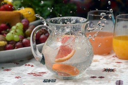 Agua con frutas, ideal para los días de verano (Matías Arbotto)
